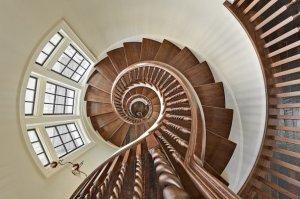 Какими бывают основные элементы лестниц