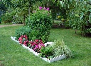 Как обустроить цветник на загородном участке?