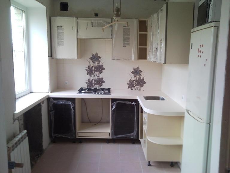 Холодильник в маленькой кухне фото