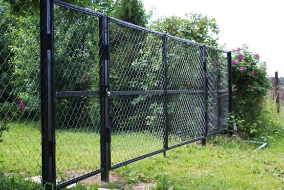 Заборы для дачи из сетки рабица своими руками
