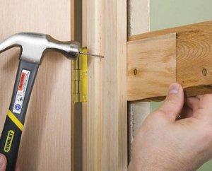 Монтаж межкомнатной двери с использованием клиньев и распорок