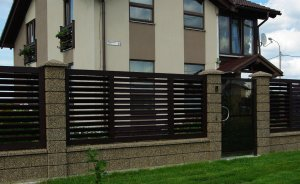 Возводим забор для частного дома: изучаем особенности кирпича