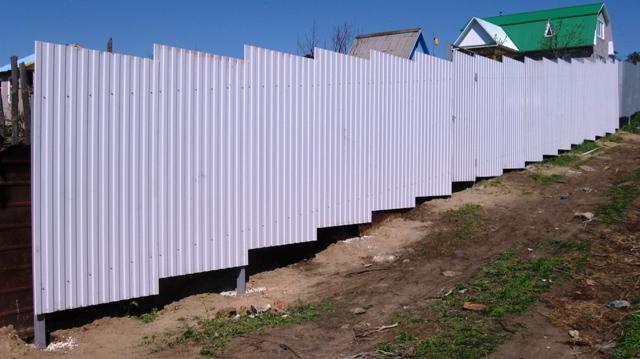 Забор из профнастила на участке с уклоном своими руками 272
